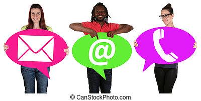 jovens, segurando, fala, bolhas, com, comunicação, contato, telefone, correio, ou, e-mail, online