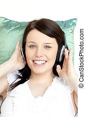 jovial, mulher, escutar, música, mentindo, ligado, um, sofá