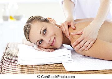 jovial, mulher jovem, recebendo, um, massagem