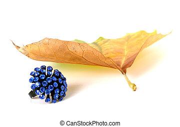 joyas, y, hoja otoño, blanco, plano de fondo
