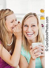joyeux, caucasien, amis, café buvant, dans cuisine
