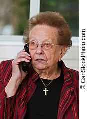jubilado, con, un, llamada telefónica móvil, plomos