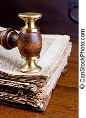 judge\'s, liten hammare slagklubba, på, bok