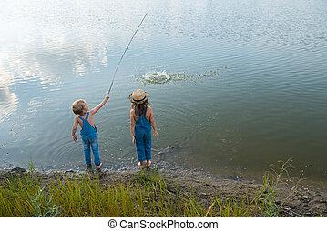 juego, río, dos niños