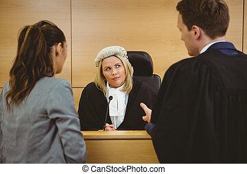 juez, llevando vestido, y, peluca, escuchar, abogados
