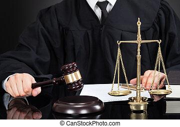 juge, à, maillet, et, balance poids, bureau