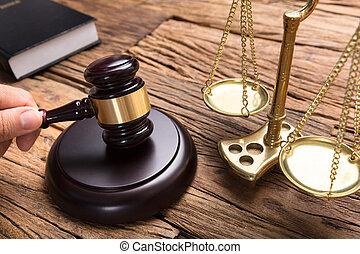 juge, frapper, maillet, par, balance justice, sur, table bois
