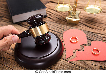 juge, frapper, maillet, par, cassé, coeur papier, à, anneaux
