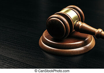 juge, gavel bois, table, sombre