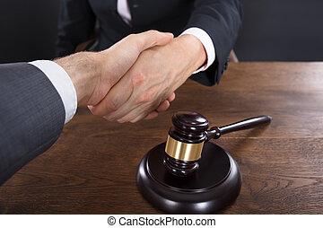 juge, gros plan, client, serrer main