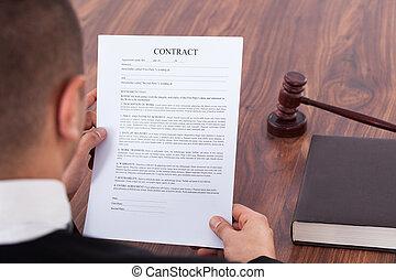 juge, lecture, contrat, dans, salle audience