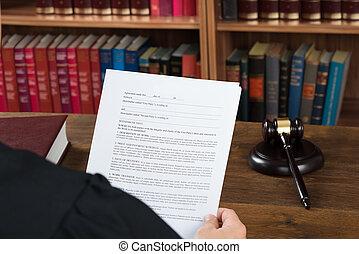 juge, lecture, documents légaux, bureau, dans, salle audience
