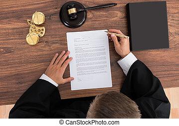 juge, lecture, papier, dans, salle audience
