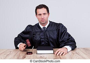 juge, mâle, salle audience