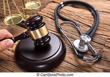 juge, main, frapper, maillet, par, stéthoscope, et, balance justice