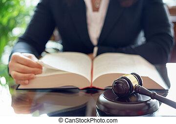 juge, marteau, et, avocat, lecture, droit & loi, book.