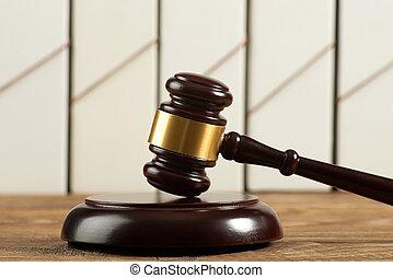 juge, marteau, et, chemises, sur, bois, table.