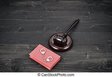 juge, marteau, et, menottes, sur, a, noir, bois, arrière-plan.