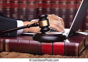 juge, ordinateur portable, mâle, salle audience, dactylographie