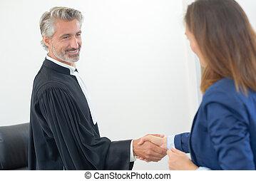 juge, serrer main