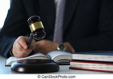 juge, tenue, enfoncer au marteau, main, mensonges