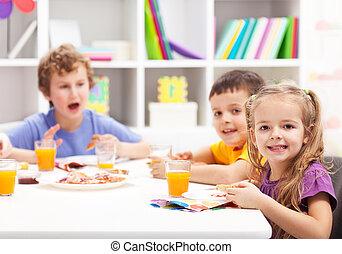 essende kinder spaghetti kinder essen freigestellt tellergericht dekoriert spaghetti. Black Bedroom Furniture Sets. Home Design Ideas