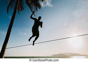 jugendlich, balancin, auf, slackline, mit, himmelsgewölbe, ansicht