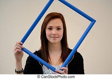 Jugendliche blickt durch Bilderrahmen - Teenager schaut...