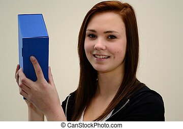 Jugendliche freut sich ueber Geschenk - Teenager schuettelt...