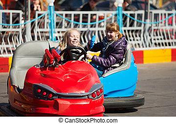 jugendliche mädchen, fahren, a, stoßstange, autos