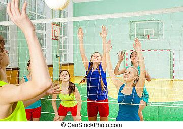 jugendliche mädchen, volleyball, jungenspiel, spielende