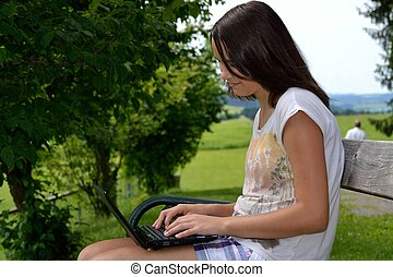 Jugendliche mit Tablet - Teenager schreibt am Tablet