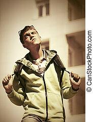 jugendlicher junge, gehen, gebäude, rucksack, schule, gegen