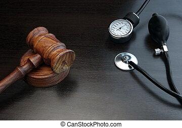 juges, bois, équipement médical, arrière-plan noir, marteau