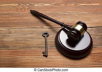 juges, commissaire-priseur, marteau, retro, clef porte, sur, les, bois, table., concept, pour, procès, faillite, impôt, hypothèque, enchère, enchère, forclusion, ou, hériter, immobiliers
