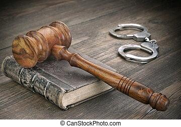 juges, marteau, menottes, et, livre loi, dans, salle audience