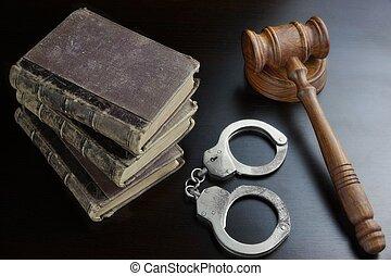 juges, vieux, menottes, livre, noir, table, marteau
