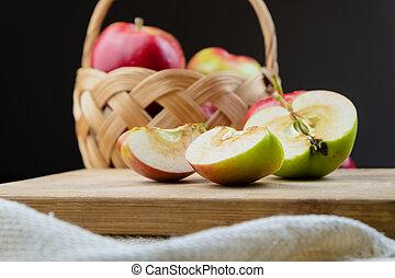 jugoso, mitad, orgánico, manzanas, de madera, crecido, mesa., maduro, corte, primer plano, hogar