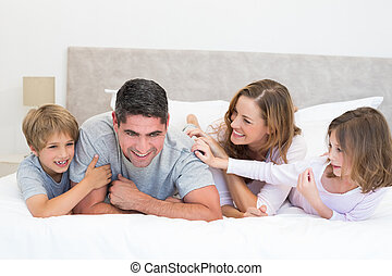 juguetón, familia , en cama