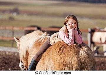 juguetón, joven, feliz, niña, colocar, en, ella, caballo