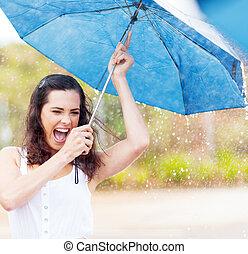 juguetón, mujer, joven, lluvia