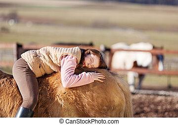 juguetón, niña joven, colocar, en, ella, caballo