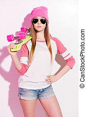 juguetón, tenencia, pasatiempo, hombro, plano de fondo, joven, rosa, mientras, ella, passion., mujer, blanco, posición, monopatín, contra, headwear, gafas de sol