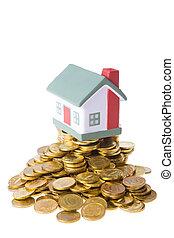 juguete, casa pequeña, posición, en, un, montón, de, monedas.