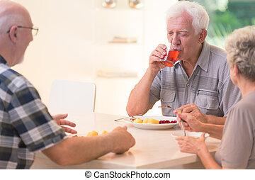 juice, drickande, äldre bemanna