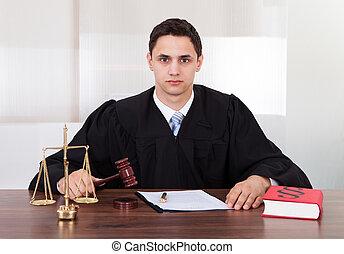 juiz, confiante, sala audiências, sentando