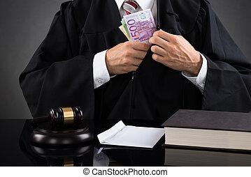 juiz, escondendo, nota, escrivaninha