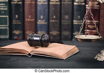 juiz, gavel, livro lei, e, escalas justiça, ligado, um, pretas, madeira, fundo, biblioteca lei, concept.