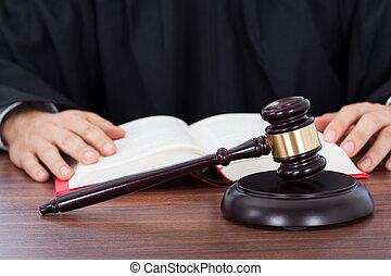 juiz, leitura, livro lei, escrivaninha