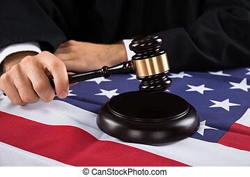 juiz, mãos, com, gavel, e, bandeira americana